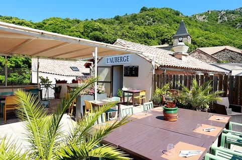 Auberge de Mauroul est un restaurant avec une cuisine fait maison à base de produits frais dans le village de Saint Julien d'Olargues avec une terrasse panoramique.(® fSAAM fabrice Chort)