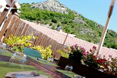 L'Auberge de Mauroul propose des tables en terrasse avec vue panoramique pour découvrir la cuisine terroir faite maison (® SAAM fabrice Chort)