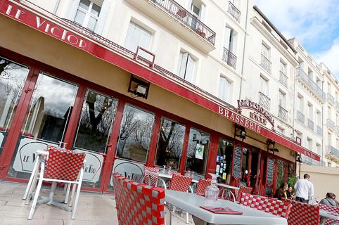 Brasserie Le Victor Béziers est un bar-restaurant en centre-ville qui propose une cuisine fait maison et des tables en terrasse.(®SAAM fabrice Chort)