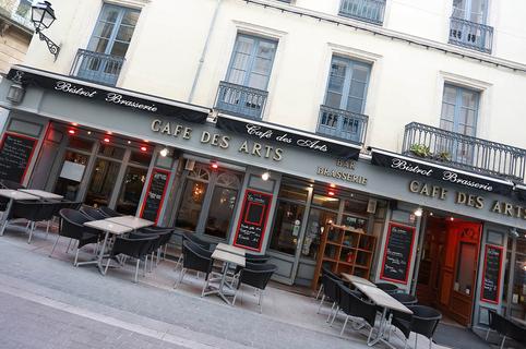 Le Café des Arts à Béziers est un bar-restaurant qui propose une cuisine fait maison en centre-ville avec des tables en terrasse.(® fSAAM-fabrice Chort)