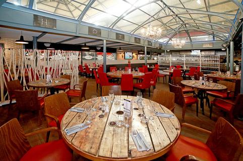 Hallegria Béziers est un restaurant avec une cuisine fait maison de terroir et des tapas ainsi qu'un lieu d'évènements au sein des Halles en centre-ville.(® SAAM-Fabrice Chort)