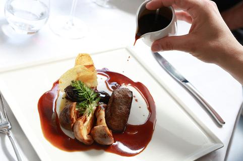 L'Ambassade Béziers est un restaurant gastronomique qui propose une cuisine traditionnelle faite maison à base de produits frais en centre-ville.(® SAAM-fabrice Chort)