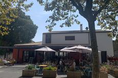 La Carte Timbrée à Thézan les Béziers propose des tables en terrasse