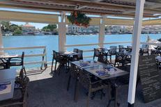 Le marin pêcheur Agde est un restaurant de poissons avec des tables en terrasse