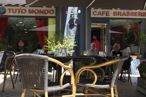 Tuto Mondo Béziers est un bar-restaurant en centre-ville qui propose une cuisine traditionnelle faite maison, avec des tables en terrasse. (® SAAM-fabrice Chort)